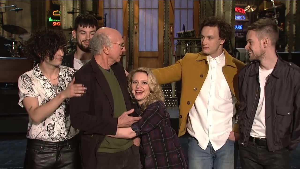 kate mckinnon, larry david, saturday night live, snl, SNL Host Larry David Gets A Hug From The 1975 & Kate McKinnon GIFs