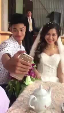 Chàng trai gây phản cảm vì liên tục check-in với cô dâu chú rể trong đám cưới