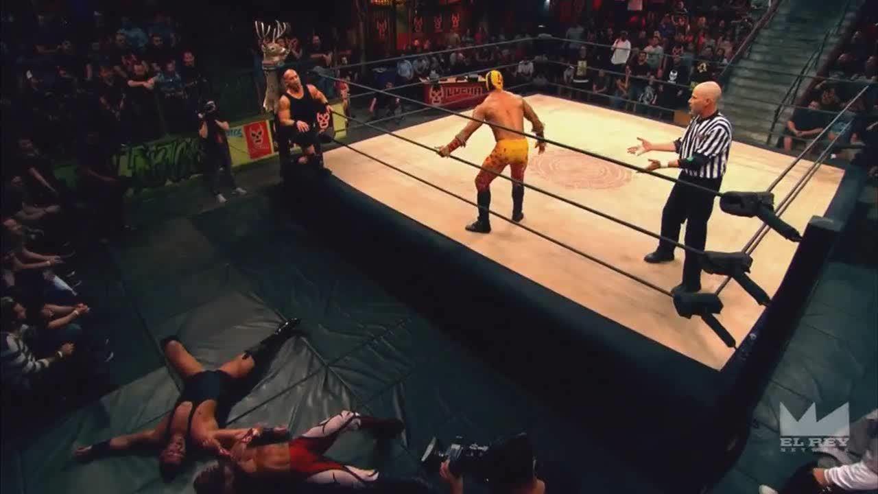 LuchaUnderground, SquaredCircle, luchaunderground, Lucha Underground - Hernandez interrupts Prince Puma's dive! GIFs