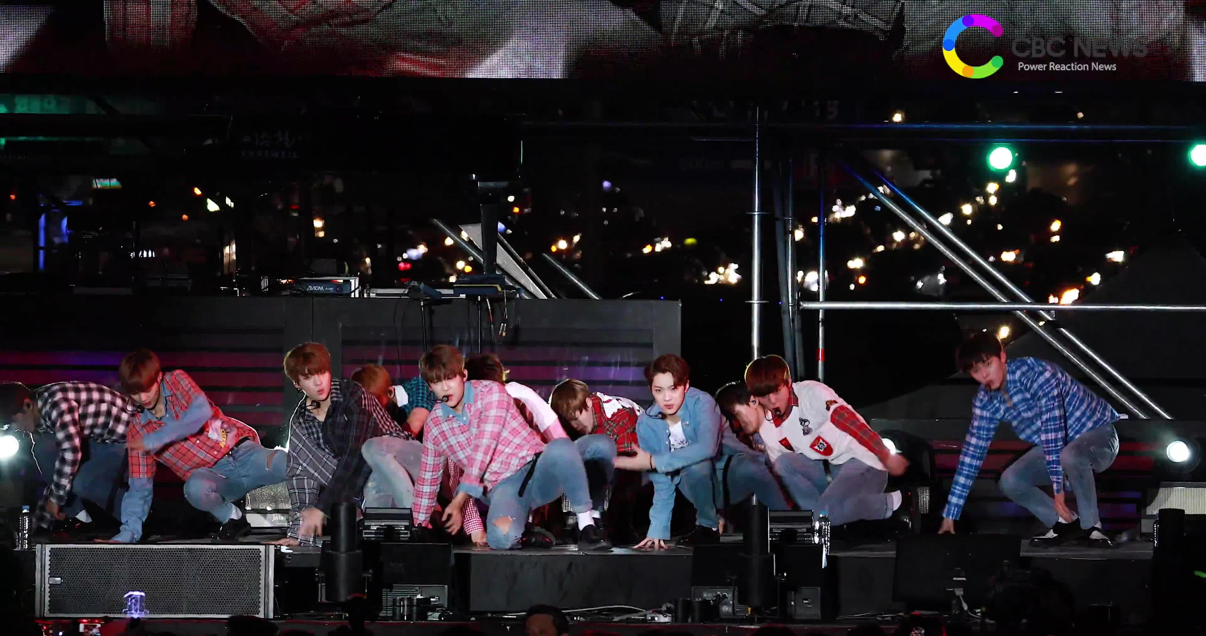 Dở khóc dở cười với sân khấu như trượt patin của Wanna One dưới trời mưa