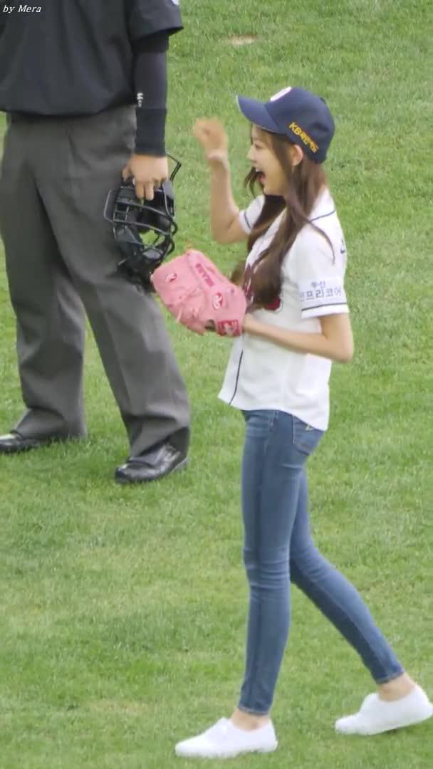 Entertainment, Mera, cricket, 181006 아이즈원 (IZONE) 시구 Pitch the First Ball [장원영,미야와키사쿠라] Jang Wonyoung 직캠 Fancam (잠실야구장) by Mera GIFs