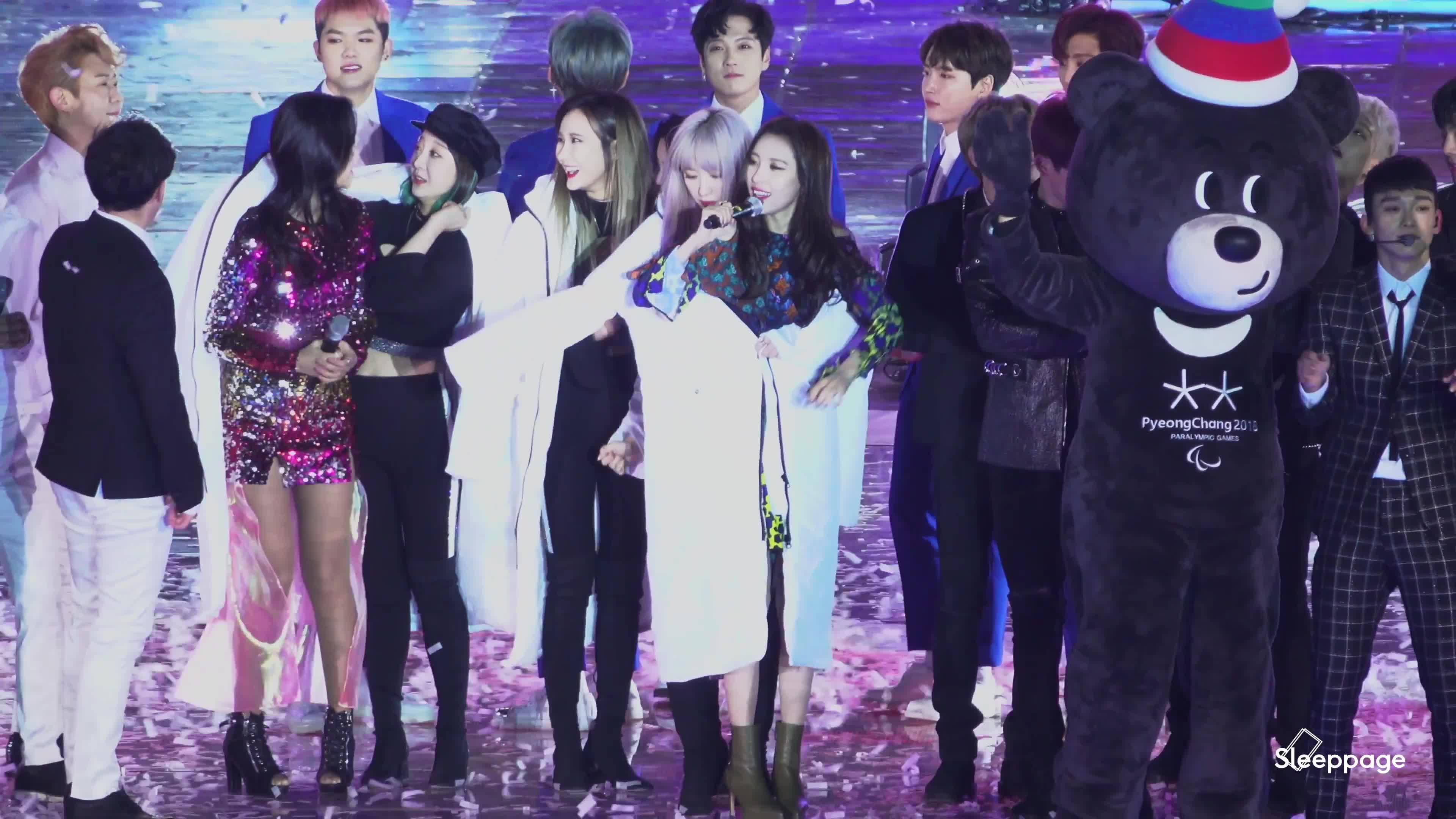 Fan tan chảy trước khoảnh khắc áo khoác chia đôi của 2 nữ thần Hani (EXID) và Sunmi ảnh 6