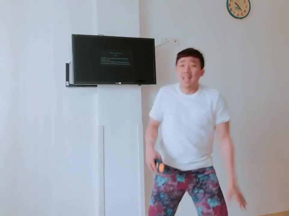 Vừa than mệt mỏi với vợ, Trấn Thành lại hát nhảy tưng bừng khi hay tin xuất viện