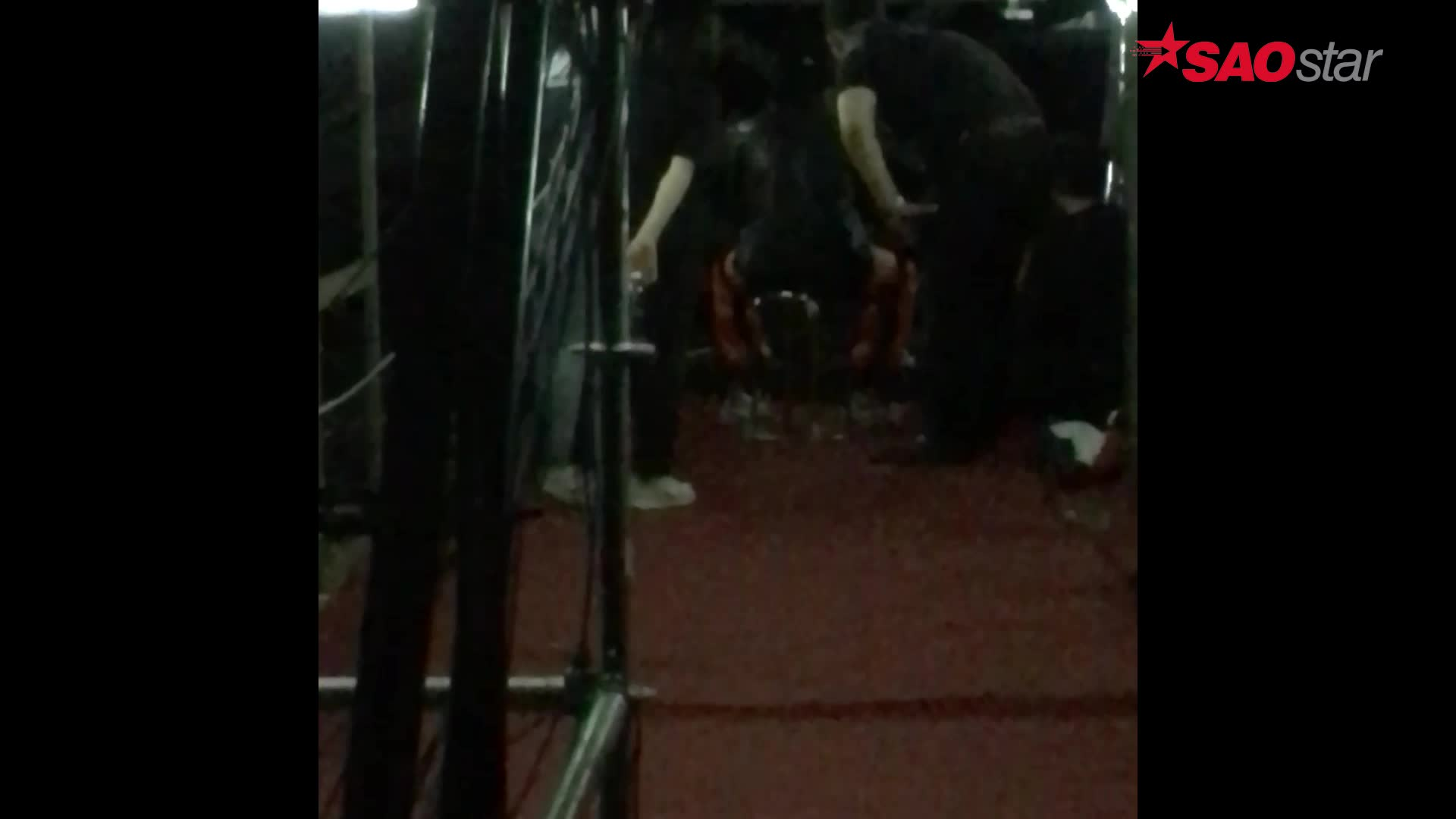 Clip độc: Đông Nhi có hay một Sơn Tùng quẩy Bad Boy tưng bừng dưới bàn nâng sân khấu đêm qua?