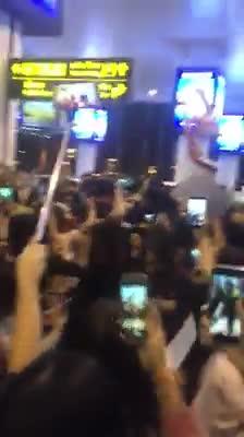 Nửa đêm, hàng nghìn fan hỗn loạn, xô đẩy nhau để được ngắm Kwang Soo và Haha ở sân bay Nội Bài!