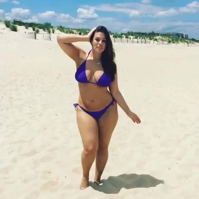 ashley_graham, ashleygraham, bikinicelebs, Ashley Graham shaking her hips GIFs