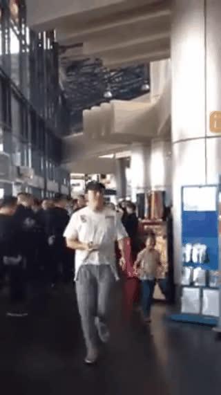 Fan chạy tán loạn, Seungri hốt hoảng đi cổng nội bộ