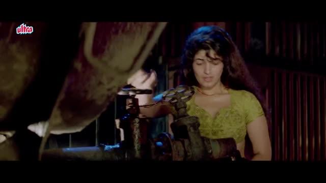 Twinkle Khanna fills water for Ajay Devgan | Hindi Movie