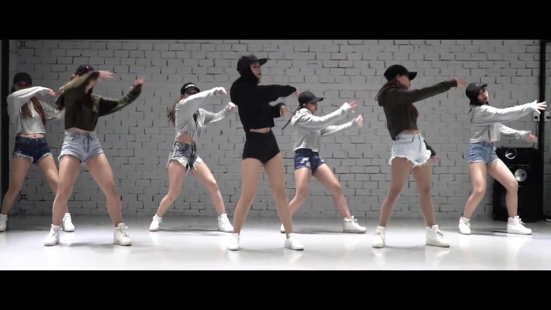 Đông Nhi tung bản dance chất lừ cho hit mùa hè Love Me Too