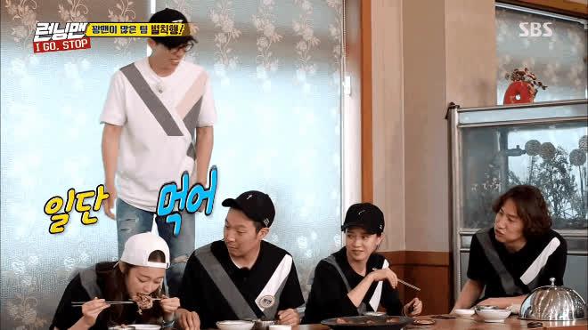 Như thường lệ, Lee Kwang Soo lại chơi bẩn khi ăn thức ăn lấy từ miệng So Min