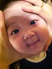 Watch bebê fofo sendo apertado GIF on Gfycat. Discover more related GIFs on Gfycat