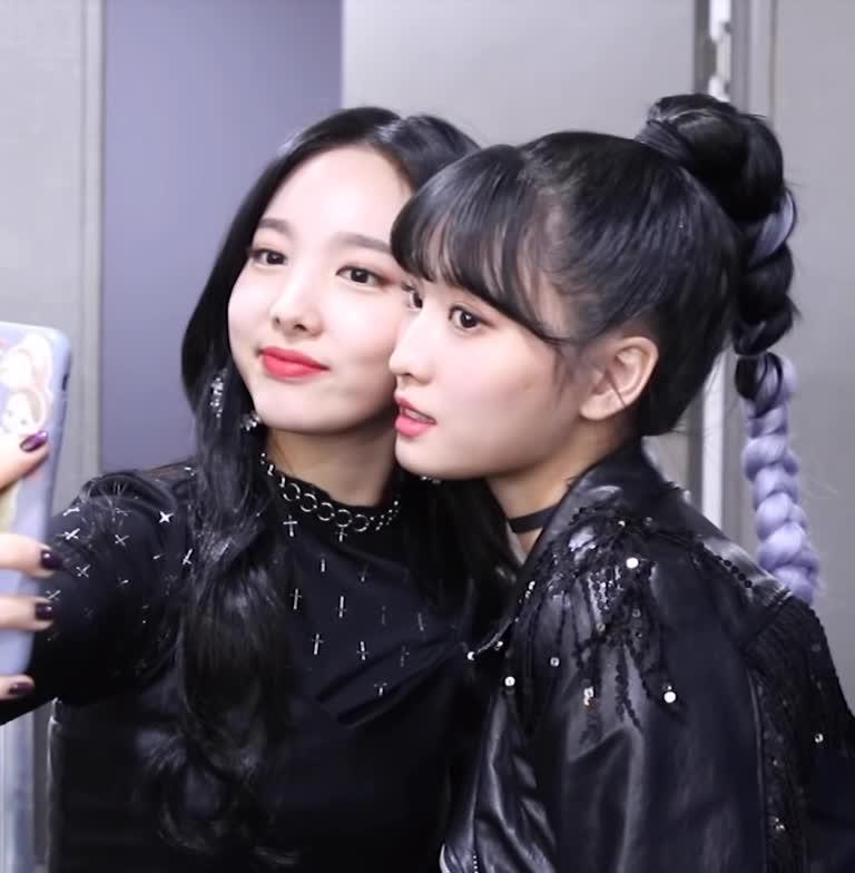 celebs, kpop, momo, nayeon, twice, 나연, 모모, 트와이스, 트와이스 나연 모모 twice nayeon momo GIFs
