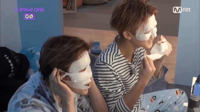 Đắp mặt nạ làm đẹp đã quá thường, vừa đắp vừa chơi trốn tìm như Wanna One mới độc