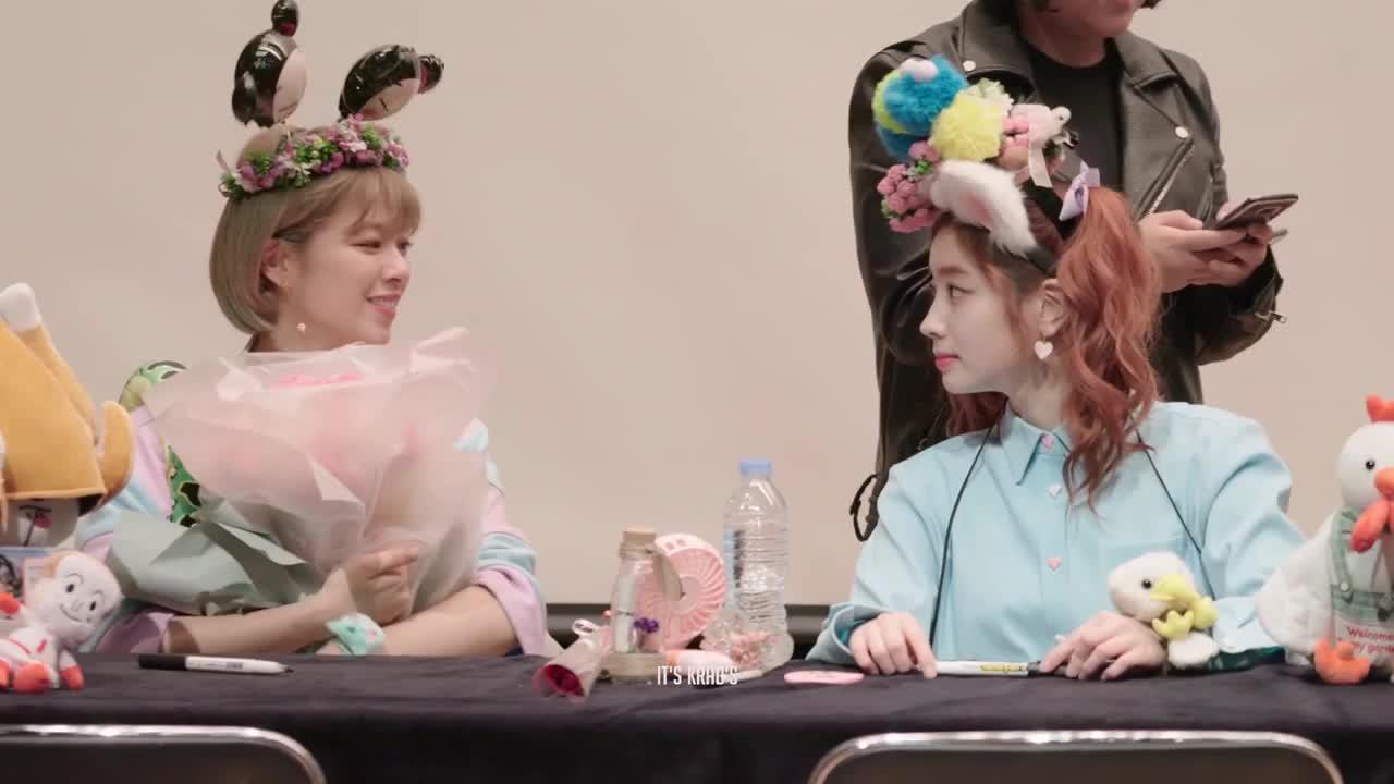 dahyun, jeongyeon, twice, giff flowers to dubu pls GIFs