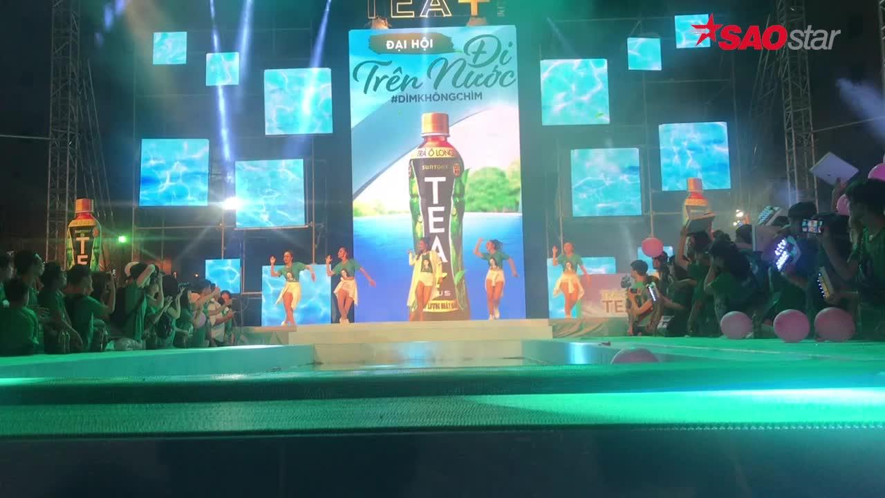 Ai dễ thương như Đông Nhi: Vừa hát vừa tặng nước tiếp sức fan ngay trên sân khấu