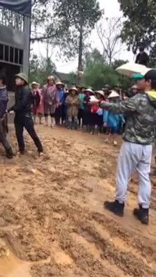 Tết đến cận kề, MC Phan Anh vẫn miệt mài đội mưa đi trao bò cho bà con miền Trung ảnh 0