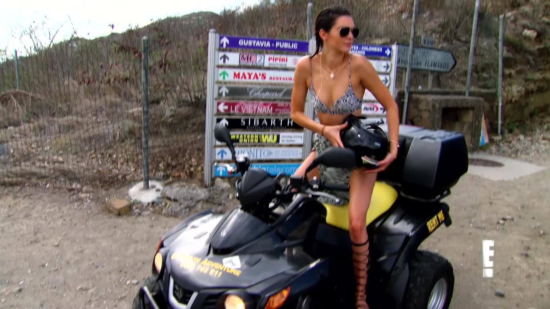 celebs, kardashian, keeping up with the kardashians, keeping up with the kardashians (tv program), kendall, kendall jenner, kendall jenner (author), khloé kardashian (celebrity), model, sexy, Kendall Jenner Races Khloe Kardashian In Bikinis - KUWTK Preview GIFs