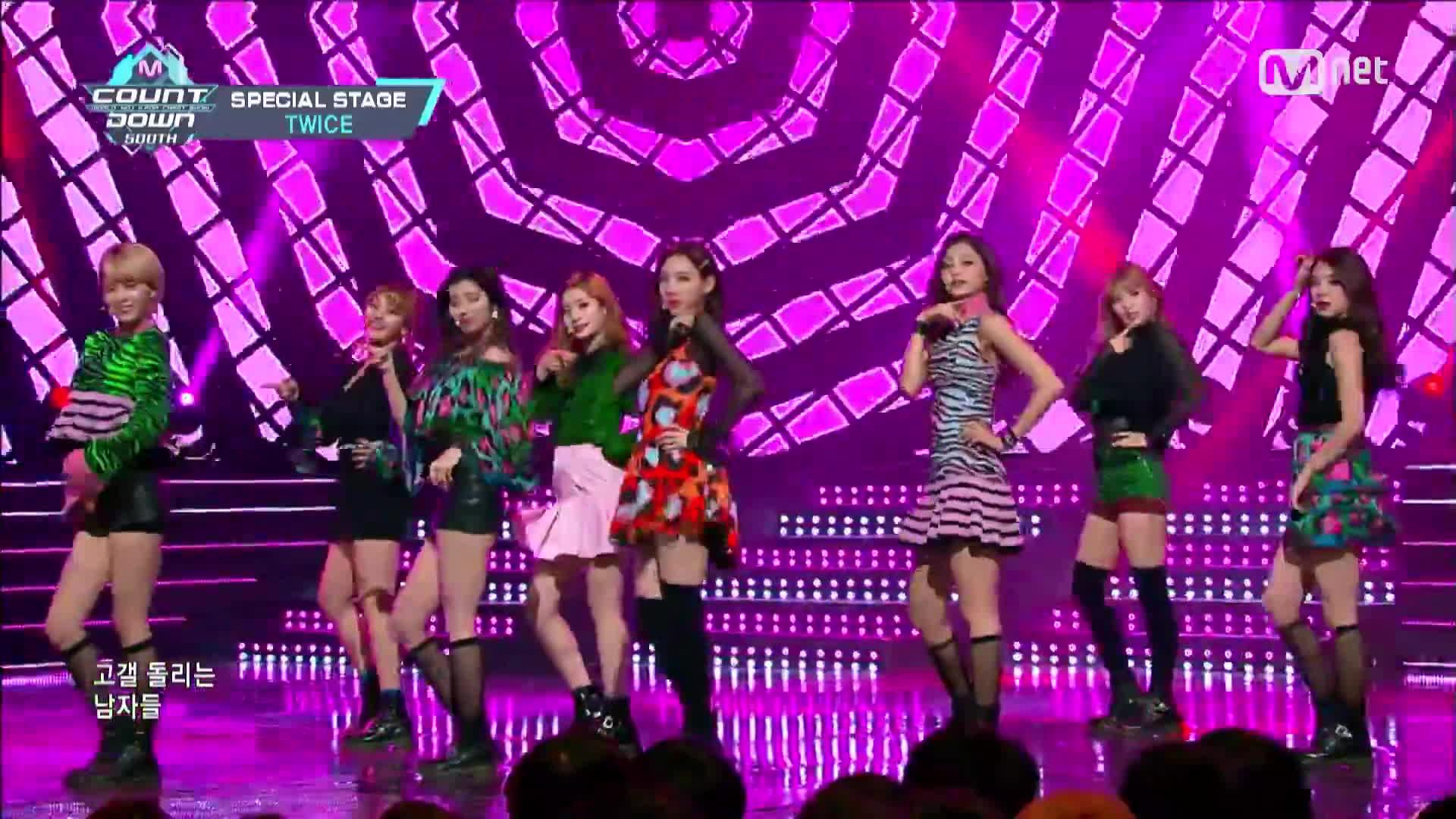 Nhóm nhạc TWICE chơi lớn khi cả 9 thành viên cùng mặc đồ HM x Kenzo lên sân khấu ảnh 0