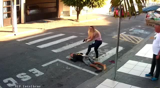 Watch Policial Feminina de Suzano prende ladrão que iria roubá-las na porta de escola infantil GIF on Gfycat. Discover more related GIFs on Gfycat