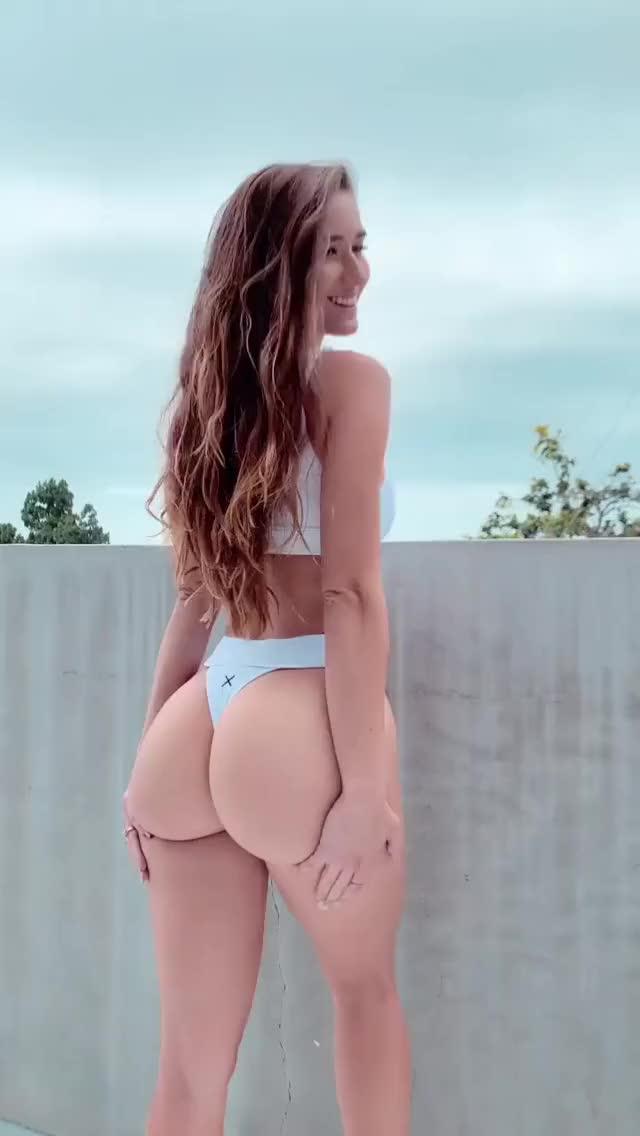 뒷태 보여주는 이탈리아 모델