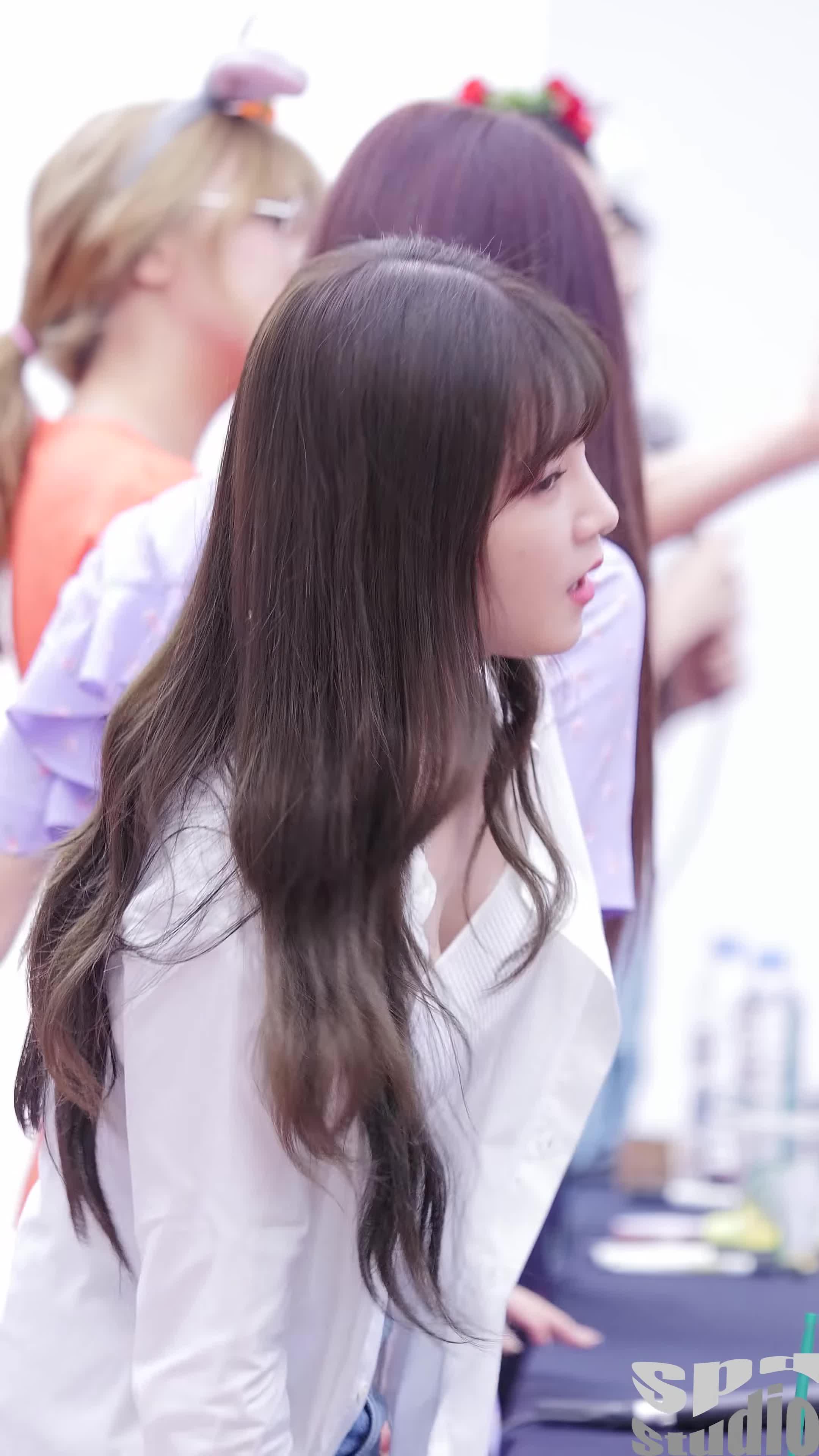에이핑크, 초롱, Apink Chorong's Cleavage Slightly Shortened GIFs