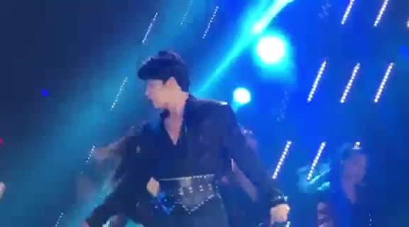 Noo Phước Thịnh điển trai đốt cháy sân khấu V Heartbeat, không quên thả thính fan cực ngọt