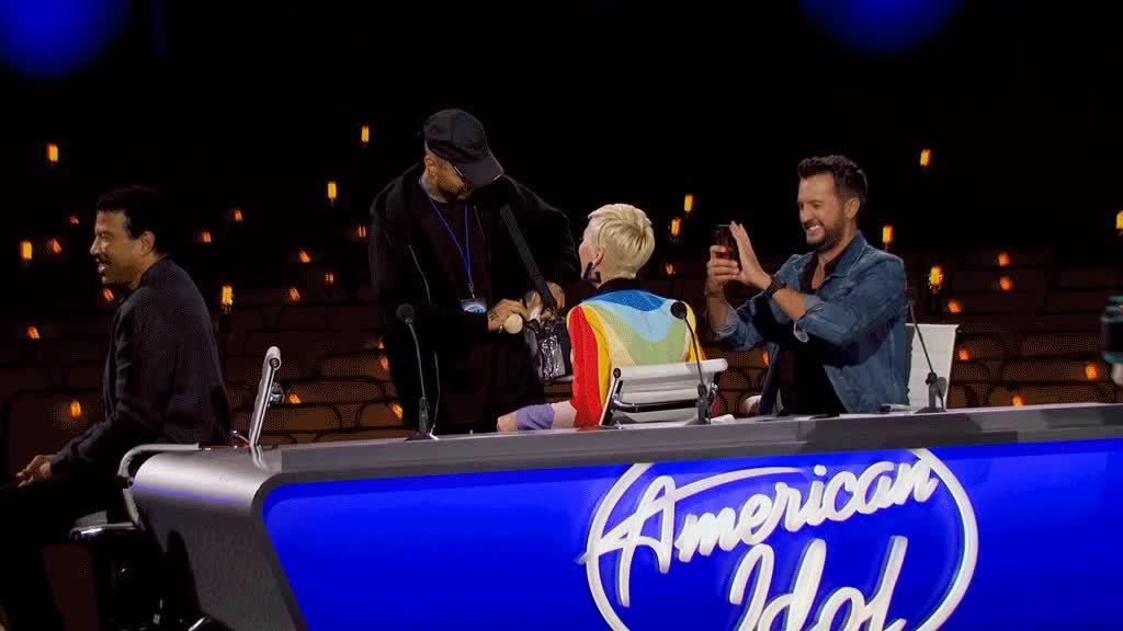 Katy Perry bị fan dìm hàng vì gào khóc trôi trường quay American Idol: Chị cũng được cầu hôn mà?