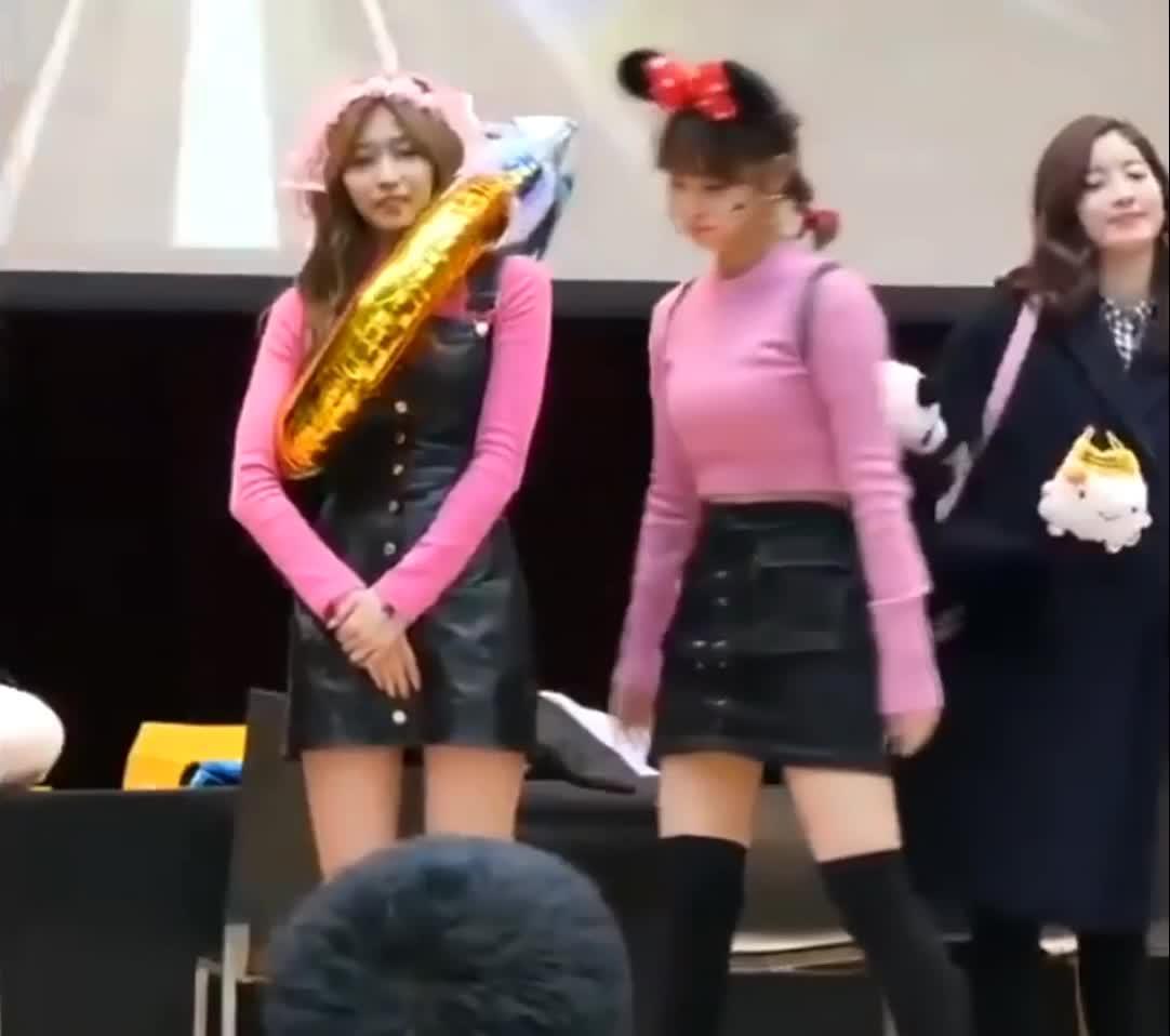 cute, kpop, momo, sana, twice, 트와이스, sana vs momo GIFs