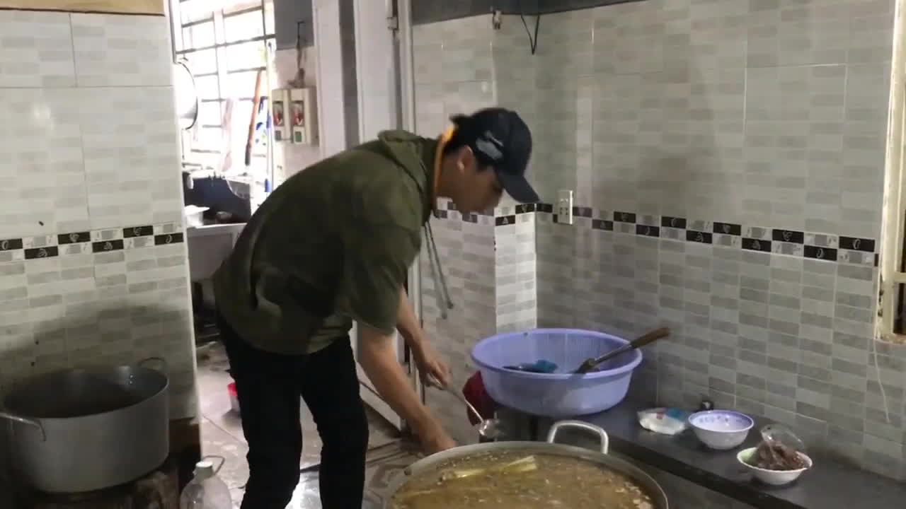 Rocker Nguyễn 'lăn xả' vào bếp, mướt mồ hôi nấu cơm cho 200 trẻ em mồ côi và khuyết tật
