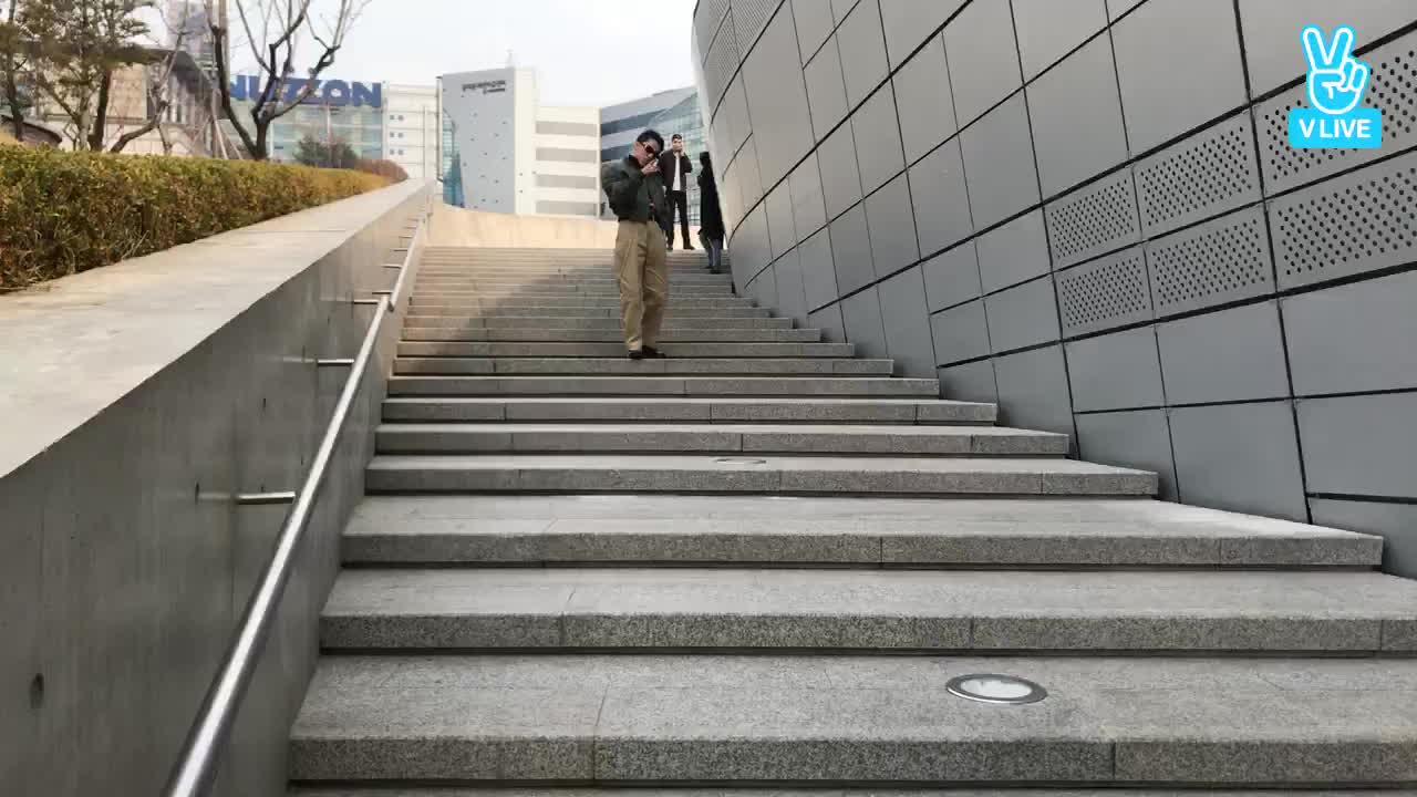 Lần đầu đi Seoul Fashion Week có khác, sếp Tùng thay đồ liên xoành xoạch!