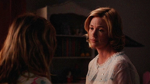 *, i'm not crying you're crying, january jones, kiernan shipka, mad men, television, Proteger ceux qui aiment. GIFs