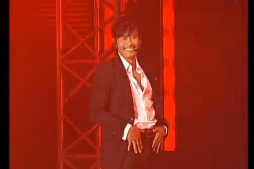 Netizen phát hoảng với nụ cười quá nhiều răng của Lee Byung Hun trên sân khấu