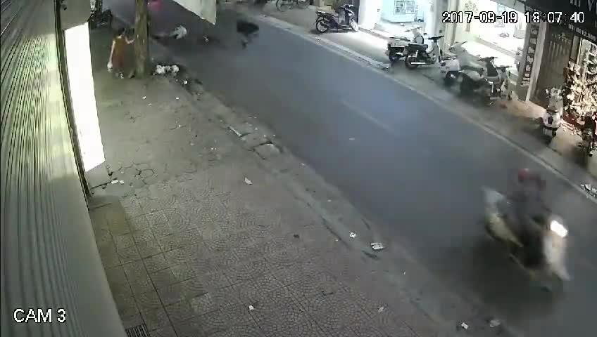 Tông bị thương bé 11 tháng tuổi, thanh niên chối tội vờ làm người đi đường chạy đến giúp đỡ