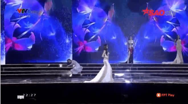 Thí sinh HHHV Việt Nam liên tục vấp, ngã nhào trên sân khấu vì váy áo rườm rà