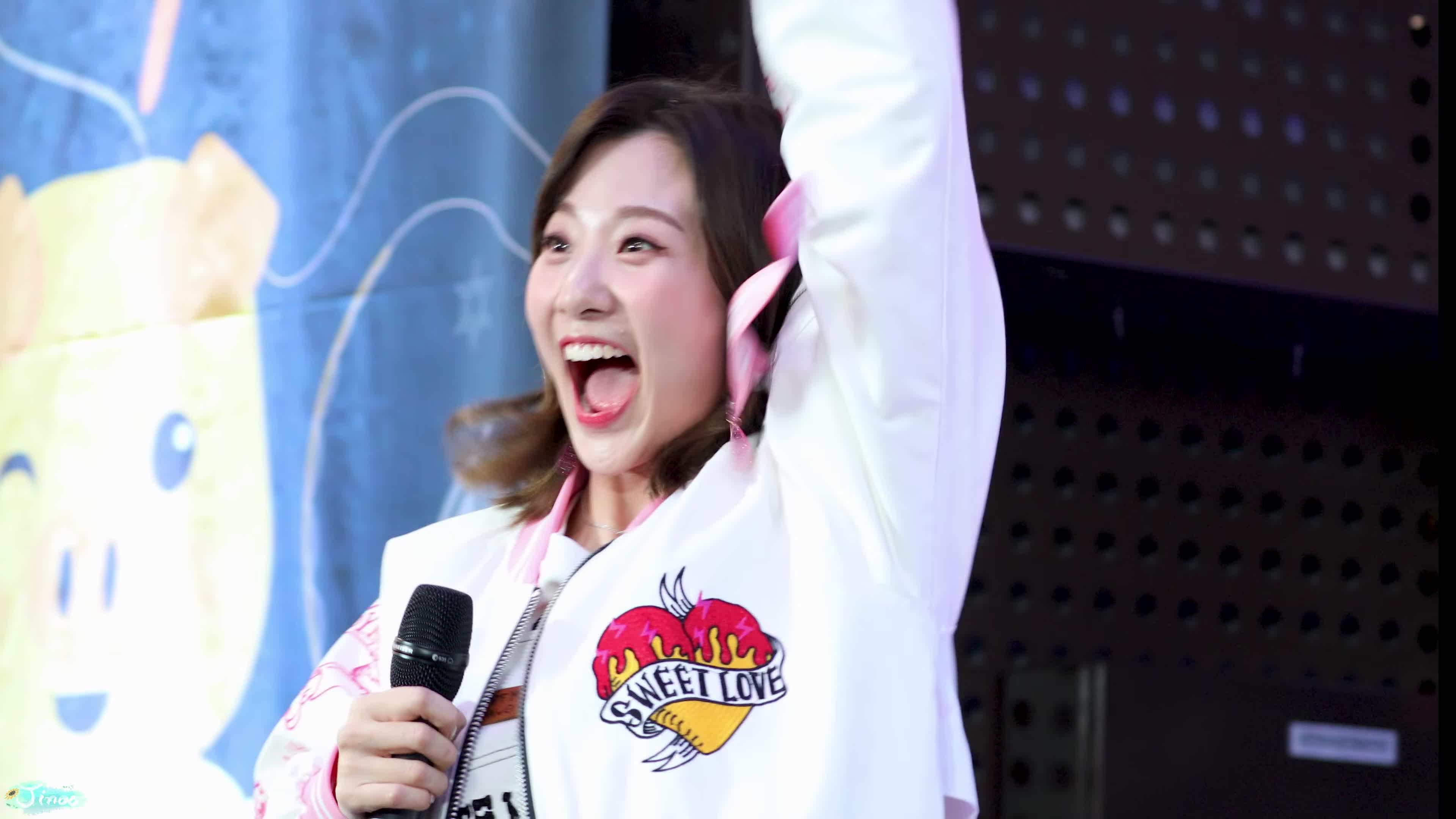 Ahn Ji, Ahn Ji Yeong, Ahn Ji-young, BOL4, Bolbbalgan4, Entertainment, Jinoo 95, Woo Ji Yun, fancam, 볼빨간사춘기, 안지영, 우지윤, [4K] 181222 바뀐 응원법에 당황한 안지영 '여행' 직캠 Bol4 'Travel' fancam (토요일은 청이 좋아) by Jinoo GIFs