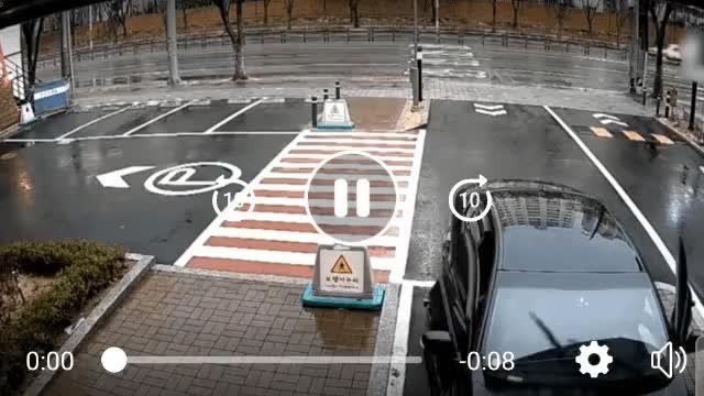 Watch and share 카페앞에서 사고났다! 카페가 치료비내라! GIFs on Gfycat