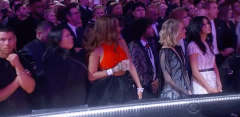 Thái độ bất thường, Rihanna bị nghi sử dụng chất kích thích khi xem Grammy?