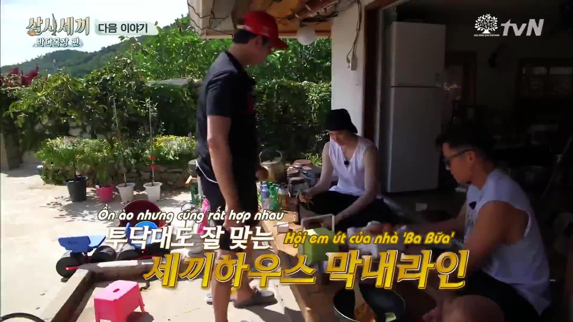Chẳng động móng tay, Lee Jong Suk chỉ mải quấn quít với anh trai Kyun Sang trên show truyền hình