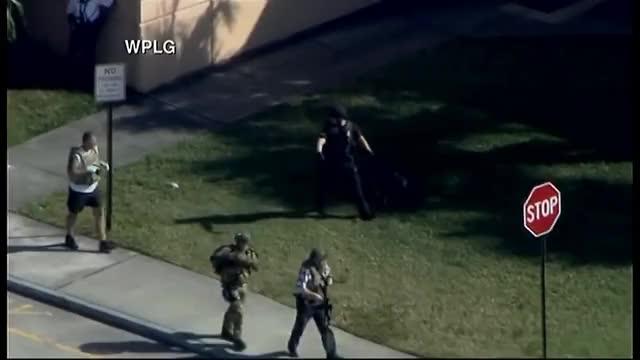Watch Reportan tiroteo en una escuela secundaria en Florida GIF on Gfycat. Discover more Florida, agentes, broward, disparos, noticias, nuyt, parkland, polic, tiroteo, univision GIFs on Gfycat