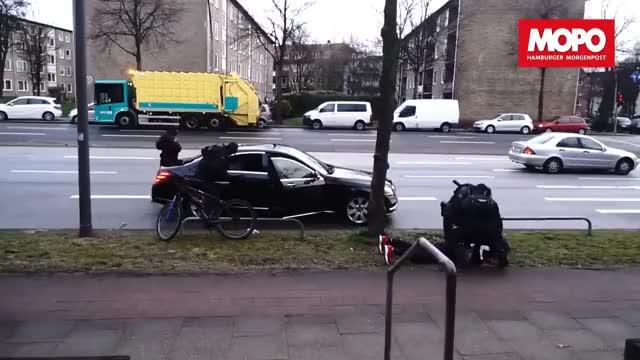 """Watch Spektakuläre Razzia in Hamburg: Hier nimmt die Polizei """"187 Strassenbande""""-Rapper Maxwell fest GIF on Gfycat. Discover more 187, All Tags, Hamburg, Polizei, SEK, hamm, rapper, razzia, sievikingsallee GIFs on Gfycat"""