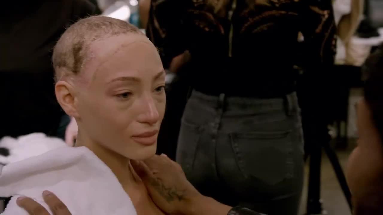 Xúc động vì thí sinh trọc đầu, giám khảo Next Top Model Mỹ tự xuống tóc, khoe nhan sắc bạch biến