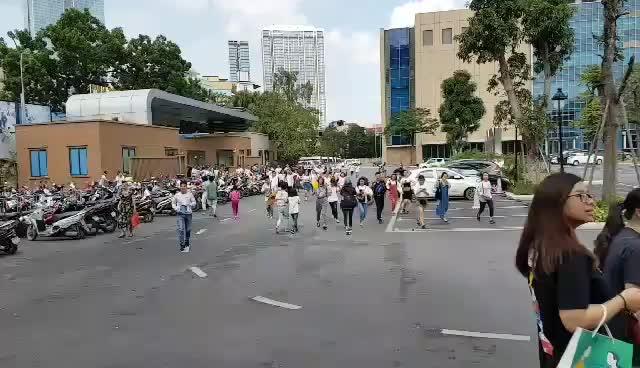 Clip: Fan Hà Nội lao ầm ầm bao vây Noo Phước Thịnh không một kẽ hở ảnh 5