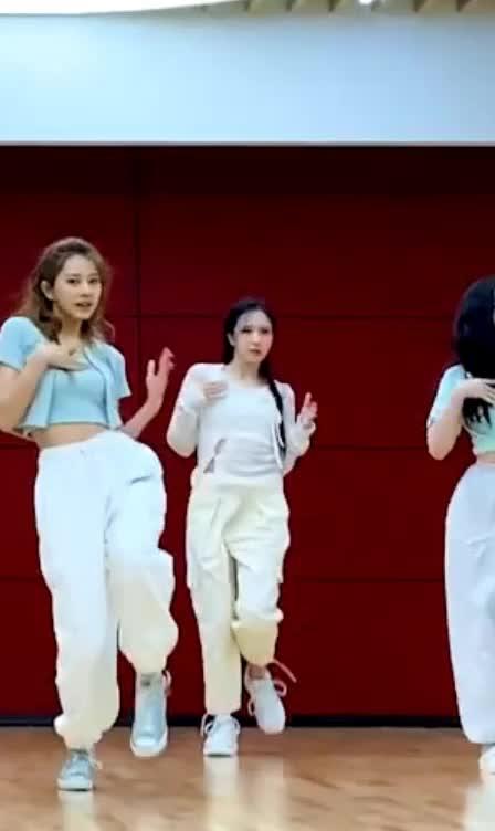 Watch and share 쯔위 알콜프리 연습실 GIFs by koreaactor on Gfycat