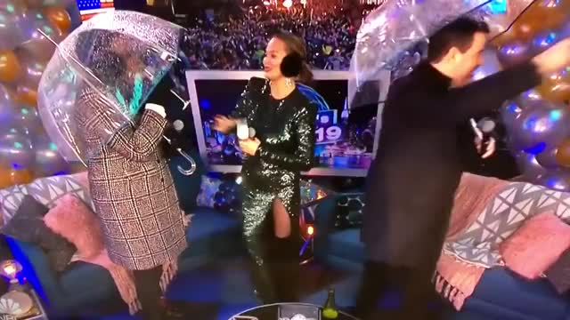 Watch CHRISSY TEIGEN Umbrella GIF on Gfycat. Discover more 2019, chrissyteigan, lesliejones, lmao, mood, umbrella GIFs on Gfycat
