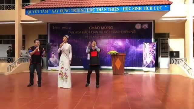 Hoa hậu HHen Niê hào hứng nhảy múa cùng thầy cô khi về thăm trường cũ