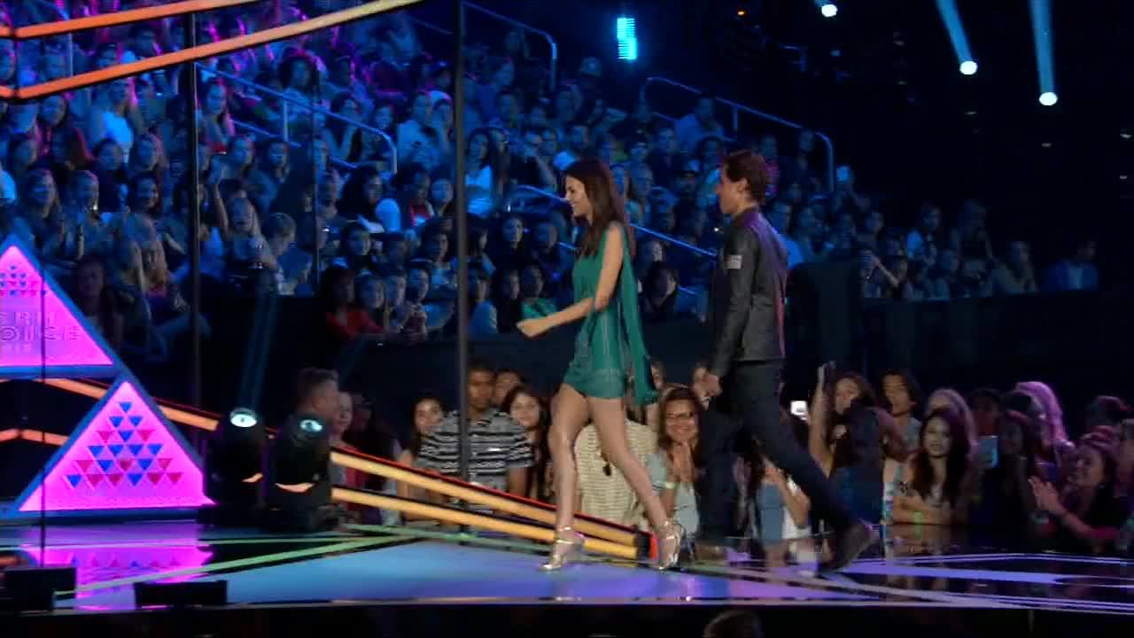 gentlemanbonersgifs, victoriajustice, Victoria at Teen Choice Awards 2015 +1 w/ Nina in comments. [gfy] (reddit) GIFs