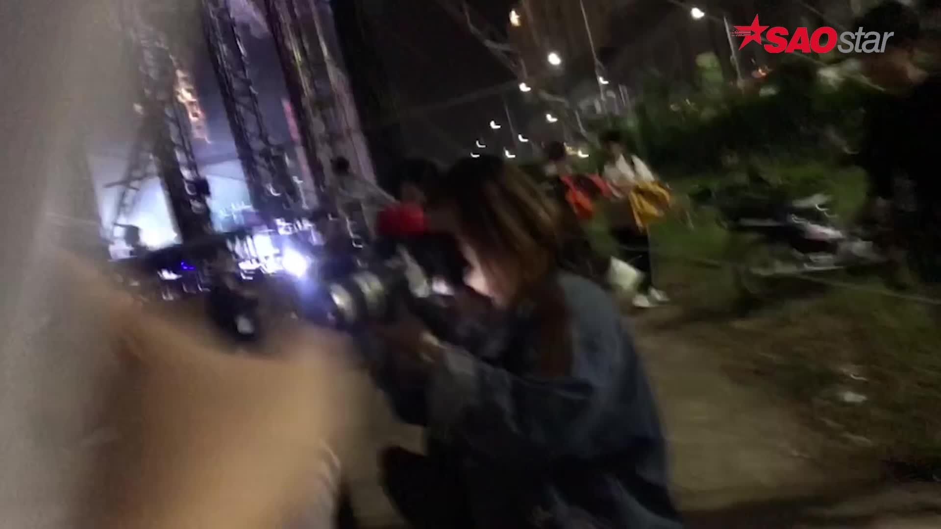 Clip: Uni5 cúi đầu lễ phép chào đàn chị Mỹ Tâm trong đêm nhạc mưa bão tại TP HCM ảnh 3