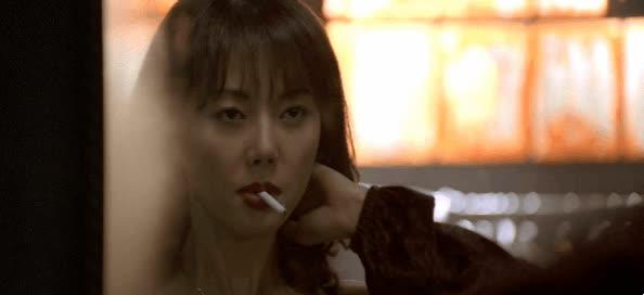 Cảnh hút thuốc trong phim Hàn: Các anh được khen ngầu còn các chị lại gây tranh cãi!