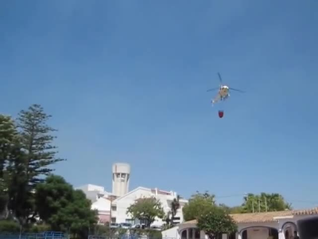Watch and share Helicóptero Reabastece Agua Nas Piscinas De S. Brás De Alportel Para Combate A Incêndio GIFs on Gfycat