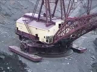 EngineeringPorn, MachinePorn, A Bucyrus Erie 1250B walking dragline excavator take ten minutes to reposition itself twenty feet to the left[GFY][320x240] (reddit) GIFs